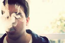 Man rookt. Nieuwe drugstest voor rijden onder invloed, IntoLaw