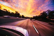 Auto maakt een snelheidsovertreding op de snelweg richting zonsondergang - IntoLaw