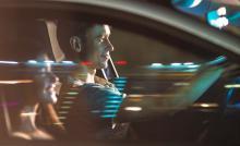 Jonge bestuurders zitten in wagen op weg naar alcoholcontrole - IntoLaw