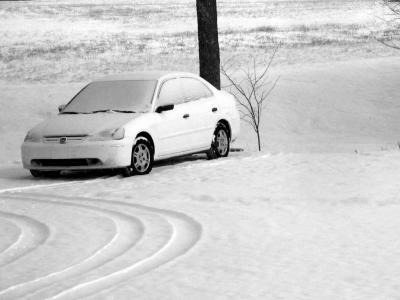 Witte auto slipte in gladde sneeuw en botste tegen een boom – gedagvaard voor slippen? - IntoLaw