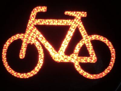 Verkeerslicht met fiets. IntoLaw verduidelijkt alcohol rijverbod met fiets.
