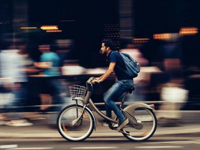 Verkeersboetes voor deze roekeloze fietser in de stad.