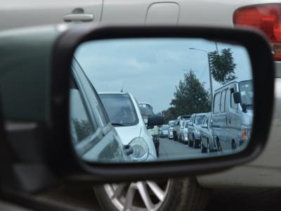 File door de zijspiegel van een auto – rijbewijs intrekken IntoLaw