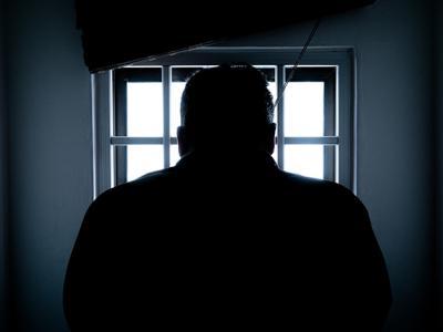 Man in gevangenis. Straf vluchtmisdrijf, IntoLaw
