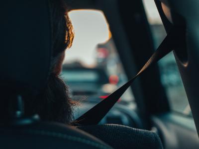 passagier met autogordel of veiligheidsgordel; IntoLaw
