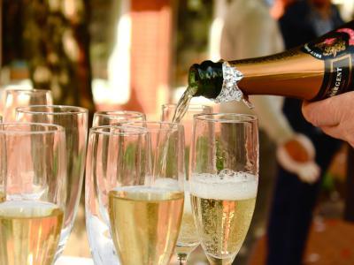 Fluitglazen worden gevuld met champagne, maar het is opletten voor alcoholcontrole - IntoLaw