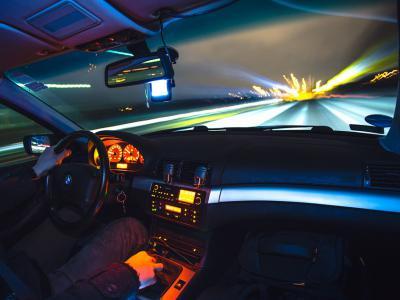 Vervormde straatlichten omdat autobestuurder te snel rijdt, maakt kans op dagvaarding verkeersovertreding. Lees meer bij IntoLaw.