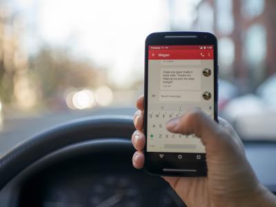Gsm achter het stuur om te sms'en of bellen betekent een boete - IntoLaw