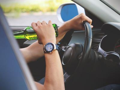 Man drinkt achter het stuur en hoopt geen alcoholcontrole tegen te komen - IntoLaw