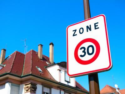 Verkeersbord zone 30 in een woonomgeving. IntoLaw bevestigt veelvoorkomende snelheidsovertreding in dergelijke zone.