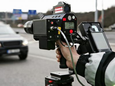 Agent scant manueel de snelheid bestuurders en deelt verkeersboetes uit - IntoLaw