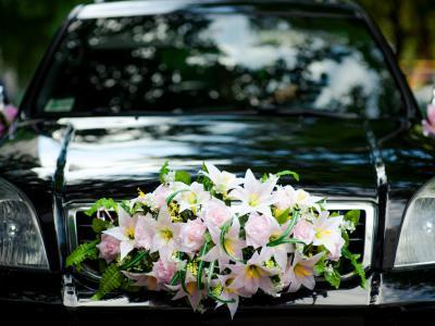 Ceremoniewagen met bloemen. Voortaan boete in Antwerpen voor ongeautoriseerde autokaravanen - IntoLaw