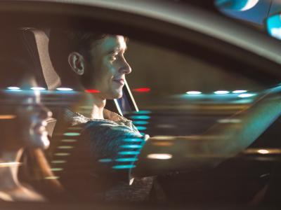 jeunes conducteurs dans véhicule en route vers contrôle d'alcoolémie - IntoLaw