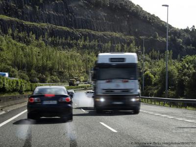 Vierde graad overtreding door spookrijdende vrachtwagen op de autosnelweg. Ontdek wat u moet doen met IntoLaw.