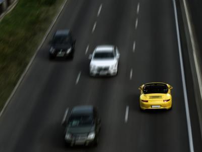 Spookrijder op autosnelweg. Dit is vaak het gevolg van rijden onder invloed. - IntoLaw