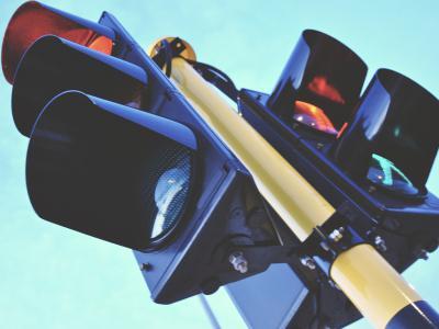 Voorzichtig voor boete door rood licht rijden bij deze defecte verkeerslichten - IntoLaw