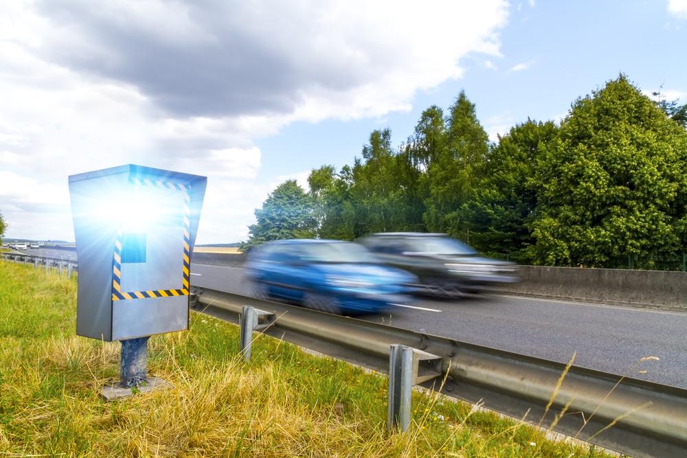 Hoe komt het dat er zoveel snelheidsovertredingen zijn op de Merchtemstesteenweg?